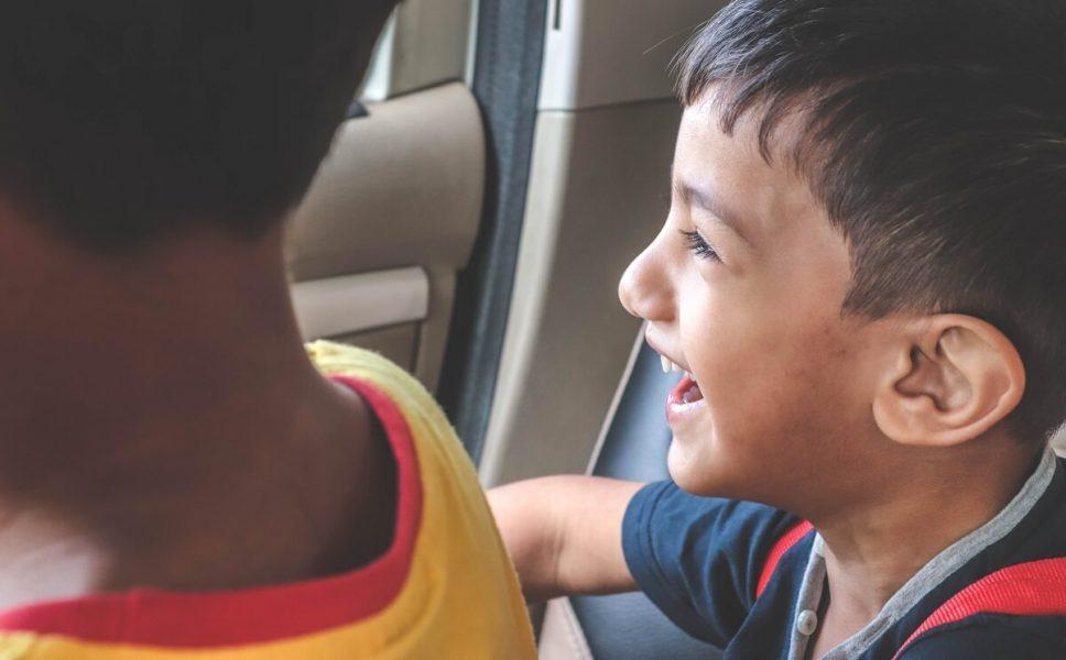 imagen de niños en un vehículo viajando